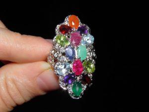 Крупное кольцо из серебра с самоцветами