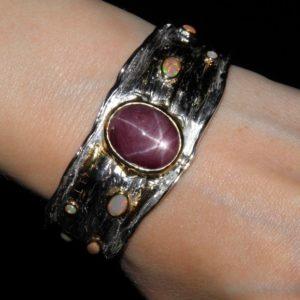 Серебряный браслет со звёздчатым рубином и опалами