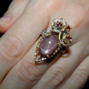 Серебряный перстень со звёздчатым рубином и гранатами