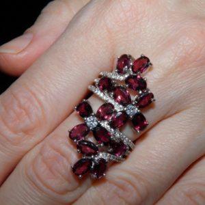 Коктейльное кольцо из серебра с родолитами