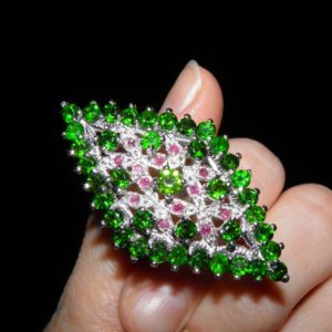 Серебряное кольцо с хромдиопсидами и рубинами
