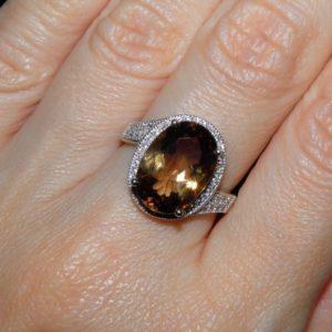 Серебряное кольцо с крупным империал-топазом