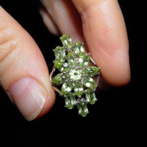 Серебряное кольцо с натуральными хризолитами