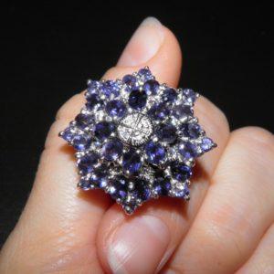 Коктейльное кольцо из серебра с иолитами