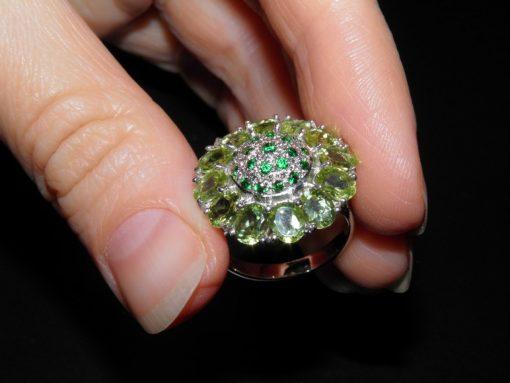 Серебряное кольцо с хрмзолитами