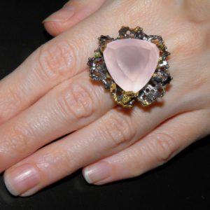 Авангардный перстень с розовым кварцем