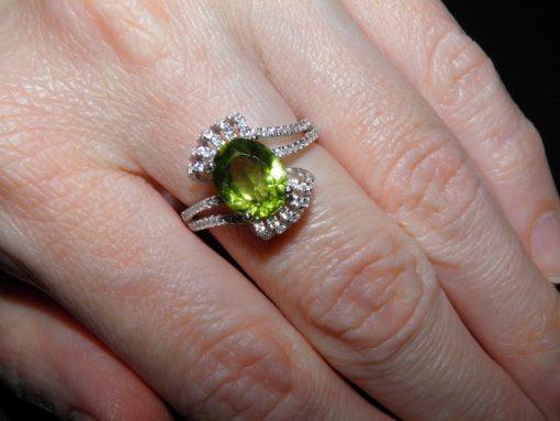 Серебряное кольцо с крупным хризолитом
