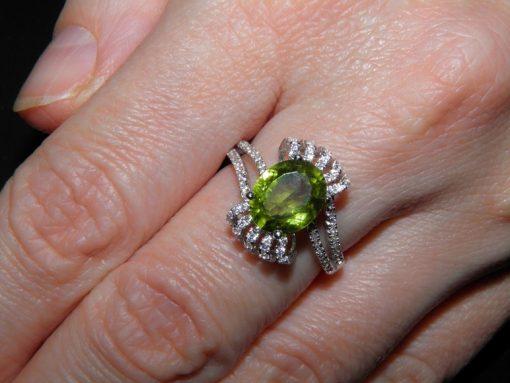 Кольцо из серебра с крупным хризолитом