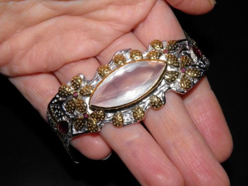 Жёсткий браслет из серебра с розовым кварцем