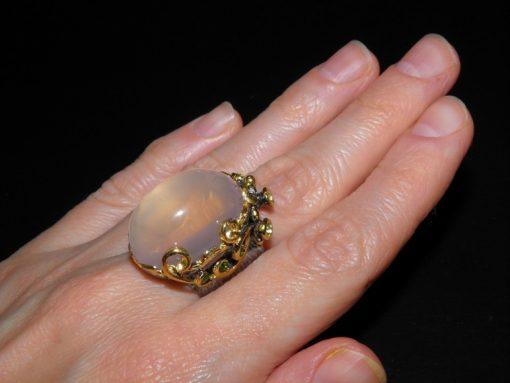Коктейльное кольцо с розовым кварцем