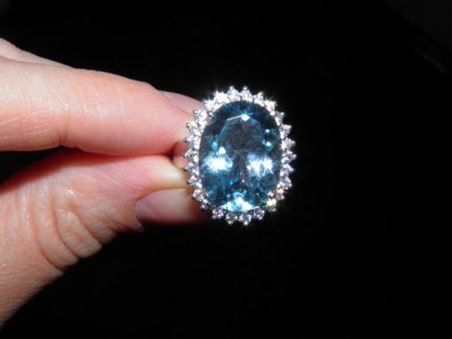Крупный голубой топаз в серебре