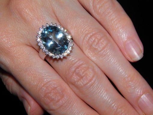 Кольцо с крупным голубым топазом в серебре