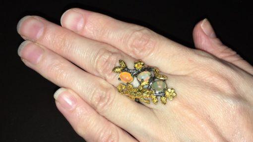 Дизайнерское кольцо с огненными опалами