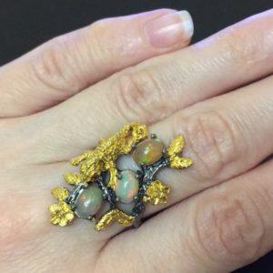 Кольцо с огненными опалами в серебре с позолотой