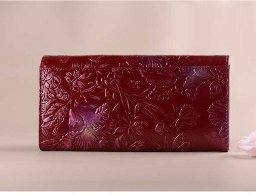 красный кошелёк из тиснёной кожи