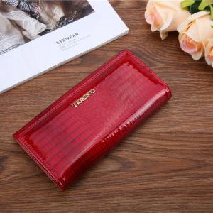 красный лакированный кошелёк из кожи