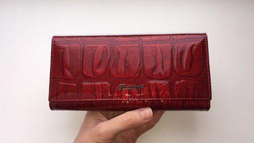 красный кожаный кошелёк