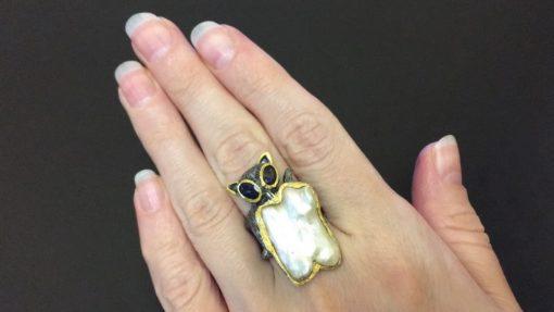 Серебряное кольцо Кот с барочным жемчугом и иолитами