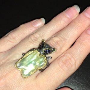 Серебряный перстень с барочным жемчугом и иолитами
