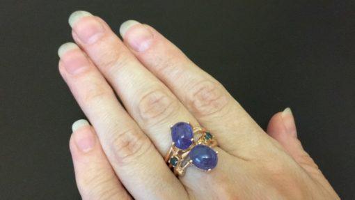Кольцо с крупными гладкими танзанитами
