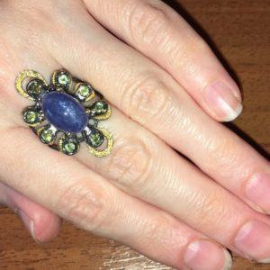 Серебряный перстень с крупным танзанитом и хризолитами