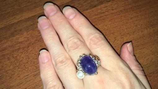 Серебряное кольцо с крупным танзанитом и жемчужиной