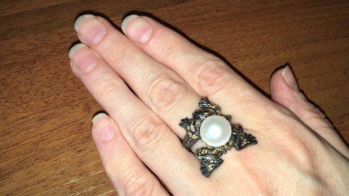 Серебряное кольцо-лягушка с жемчугом