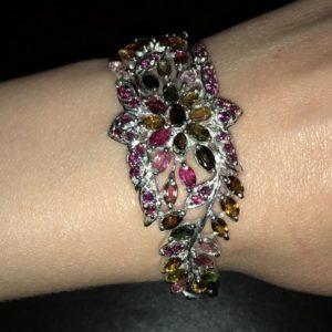 Серебряный браслет-обруч с турмалинами и родолитами