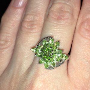 Кольцо-цветок с хризолитами в серебре