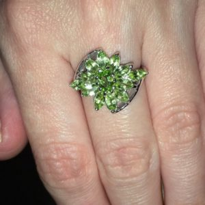 Кольцо цветок с хризолитами в серебре
