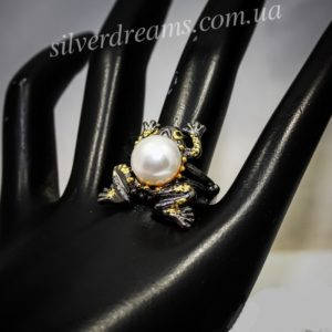 Серебряное кольцо Лягушка с жемчугом