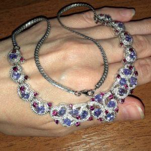 Серебряное ожерелье с танзанитами и родолитами