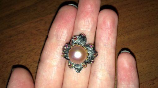 Дизайнерское кольцо с крупной розовой жемчужиной