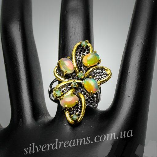 Дизайнерское кольцо с опалами и изумрудами в серебре