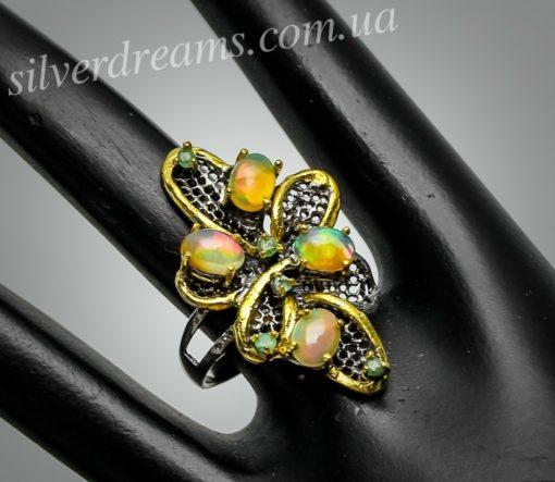 Серебряное кольцо с опалами и изумрудами
