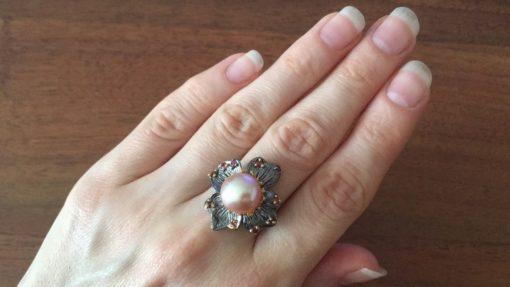 Дизайнерское кольцо с розовым жемчугом в серебре