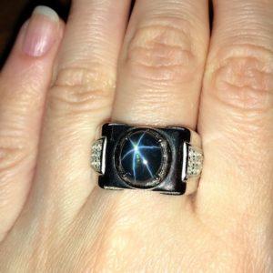Перстень с крупным звёздчатым сапфиром в серебре