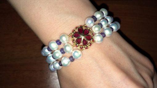 Жемчужный браслет с иолитами и рубинами в серебре с позолотой