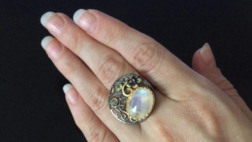 Дизайнерское кольцо с лунным камнем в серебре