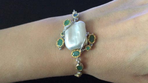 Серебряный браслет с барочным жемчугом и изумрудами