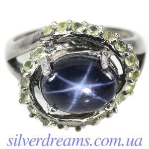 Серебряное кольцо со звёздчатым сапфиром и хризолитами