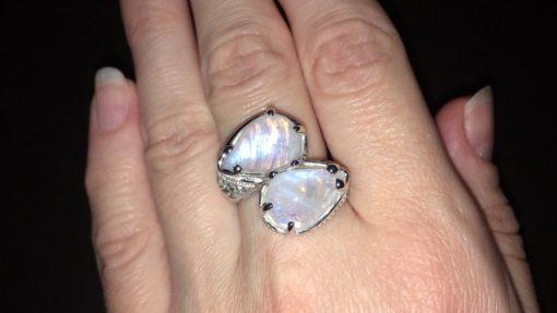 Серебряный перстень с крупным лунным камнем