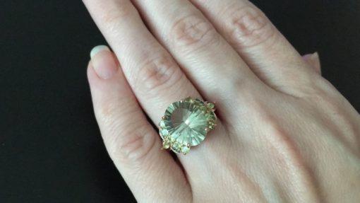 Серебряное кольцо с празиолитом и хризолитами