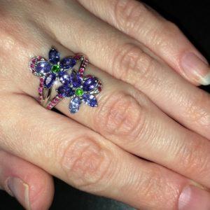 Серебряное кольцо с танзанитами и рубинами
