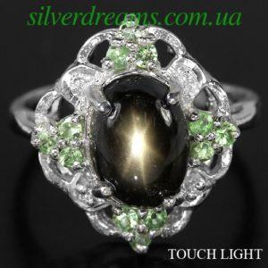 Кольцо с чёрным звёздчатым сапфиром и цаворитами
