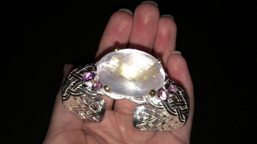Манжетный браслет с розовым кварцем в серебре