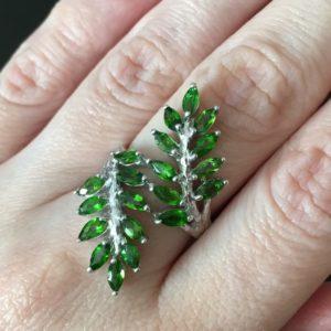 Серебряное кольцо с хромдиопсидом