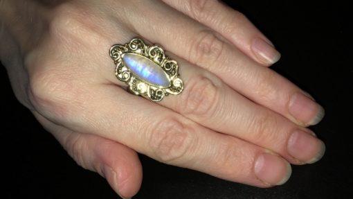 Винтажное серебряное кольцо с лунным камнем