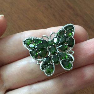 Серебряная брошь Бабочка с хромдиопсидом
