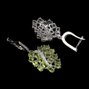 Серебряные серьги с хризолитами